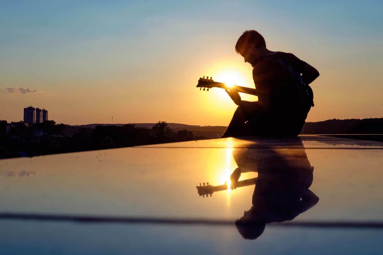 Practicando con una guitarra